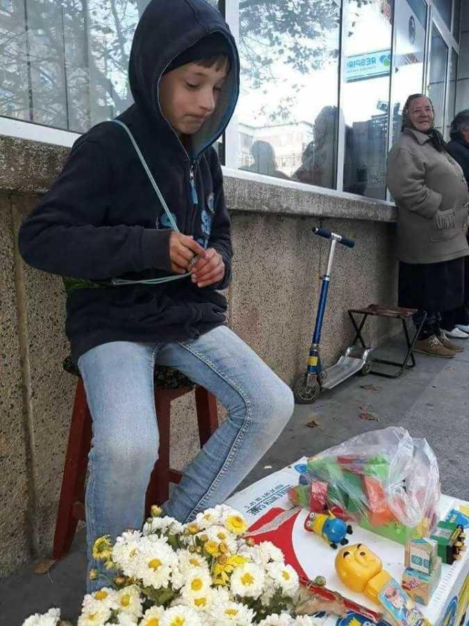 copil mioveni vinde jucarii sa isi ia haine