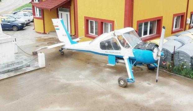 Avionul din curtea Primăriei este o donaţie a unui localnic din Moşoaia 5