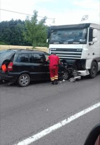 Accident rutier între un tir și un autoturism 6