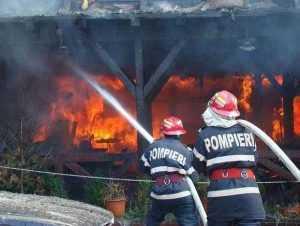 Incendiu în Bogați cu posibilități de propagare la casa învecinată 6