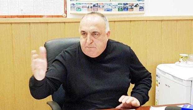 Vicele Mihalcea s-a trezit cu maşina pe butuci în parcarea păzită a Primăriei Ştefăneşti 5