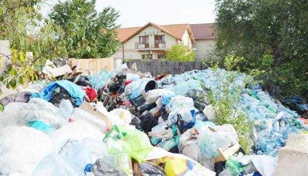Zeci de tone de gunoi depozitate pe domeniul public de o familie din Piteşti 4