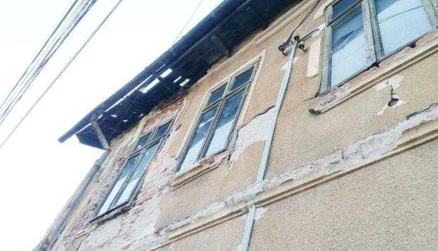 O casă de pe strada Sfânta Vineri stă să cadă pe trecători. Primăria Pitești e impasibilă 5