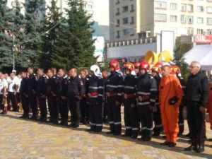 De ziua lor, pompierii au defilat prin Piața Vasile Milea 9