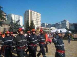 De ziua lor, pompierii au defilat prin Piața Vasile Milea 10