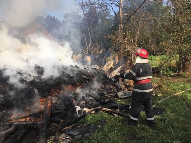 Incendiu la Dârmănești. Pompierii a trebuit să se alimenteze cu apă de la 3 km 5