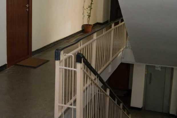 Un bărbat a căzut peste balustrada de pe casa scării 5
