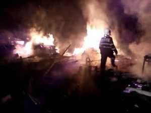Trei case și patru mașini, distruse într-un incendiu la Dâmbovicioara 6