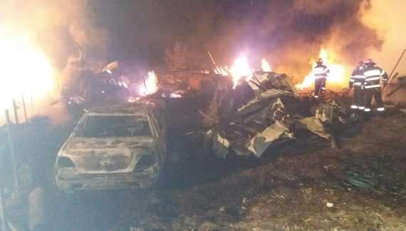 Trei case și patru mașini, distruse într-un incendiu la Dâmbovicioara 5