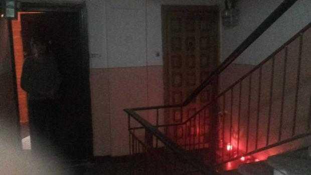 FOTO: Oamenii aprind candele la ușa polițistului care și-a împușcat copilul și s-a sinucis 9