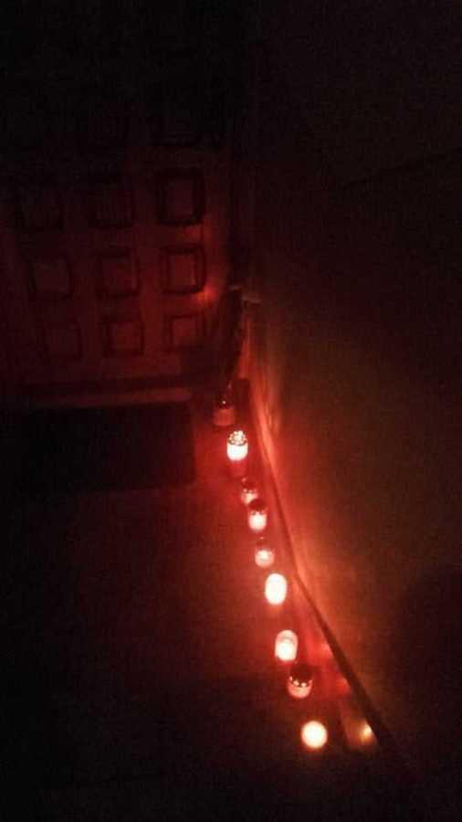FOTO: Oamenii aprind candele la ușa polițistului care și-a împușcat copilul și s-a sinucis 7