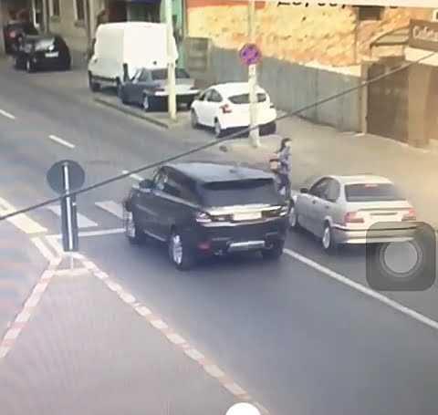 VIDEO: Femeie spulberată pe trecerea de pietoni, în Pitești 5