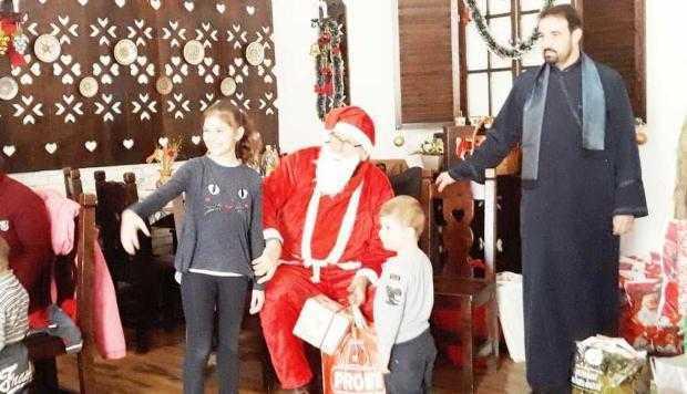 Un preot de la Mavrodolu a dus 25 de copii la restaurant şi le-a oferit cadouri şi o masă de Crăciun 6