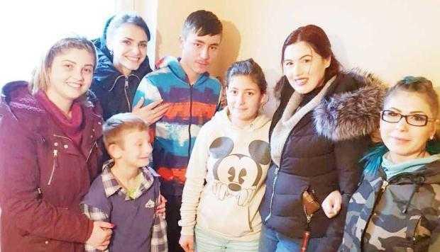 Patru tinere - ajutoarele  lui Moş Crăciun pentru 9 familii 5