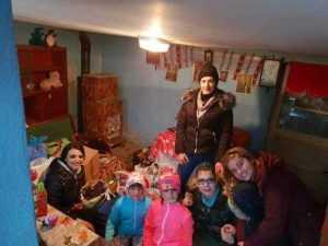 Patru tinere - ajutoarele  lui Moş Crăciun pentru 9 familii 7