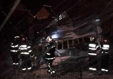 Acoperişul unui bloc din Câmpulung a căzut peste două maşini 5