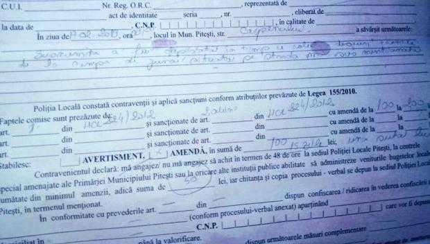 Ajutor pentru femeia amendată de polițiștii locali pentru că scotocea în tomberon după hăinuțe 5