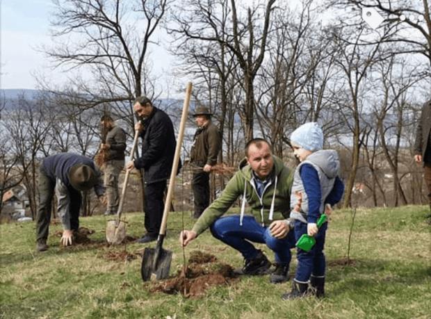 Luna plantării arborilor. 5000 de puieți plantați în Budeasa. 5