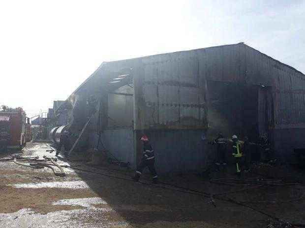 Un incendiu la Slobozia putea duce la o tragedie: 10.000 l motorină se aflau într-o hală care a luat foc 5