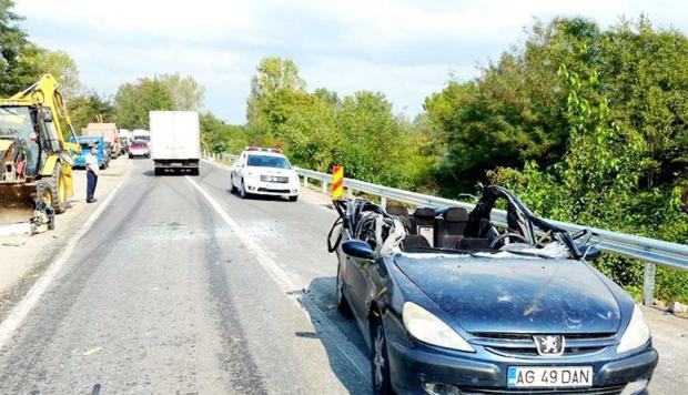 Un tânăr a rămas infirm pe viaţă după ce cuva unui buldozer i-a smuls în trafic plafonul maşinii 7