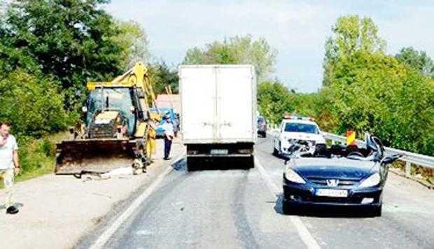 Un tânăr a rămas infirm pe viaţă după ce cuva unui buldozer i-a smuls în trafic plafonul maşinii 6
