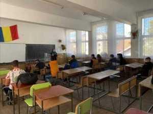 Activități preventive desfășurate de jandarmi și polițiști la unități școlare din Argeș 4