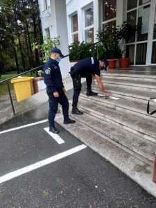 Două cuțite și un pumnal au fost găsite de jandarmi asupra unei tinere, la Liceul Tehnologic Dacia Pitești 4