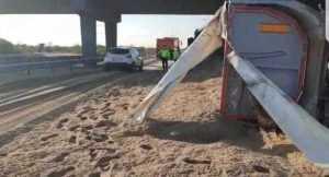 Șoferul tirului răsturnat pe A1, transportat la spital 5