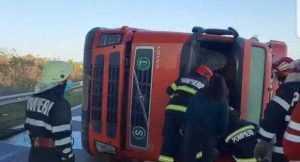 Șoferul tirului răsturnat pe A1, transportat la spital 3