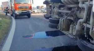 Șoferul tirului răsturnat pe A1, transportat la spital 6