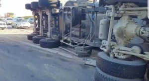 Șoferul tirului răsturnat pe A1, transportat la spital 4