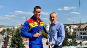 Sportivul Mădălin George Soare cu Primarul orasului Mioveni, Ion Georgescu