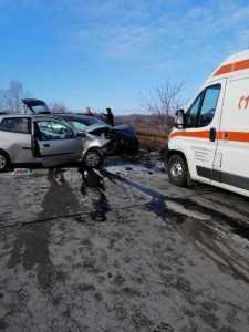 Accident la Berevoești. Șofer extras din mașină de către pompieri 8
