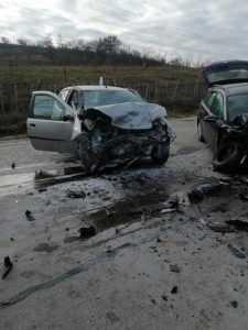 Accident la Berevoești. Șofer extras din mașină de către pompieri 7