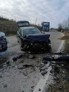 Accident la Berevoești. Șofer extras din mașină de către pompieri 6