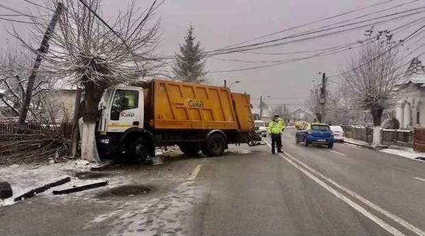CÂMPULUNG-MUSCEL. Trafic îngreunat în zona Lidl după ce o autospecială de gunoi a intrat în stâlp 5