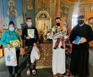 Preoți și profesori pe ulițe, cu daruri, în parohia Frătici-Vârsești 4