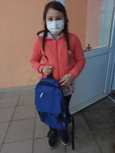 fetiță ajutată de organismele UE