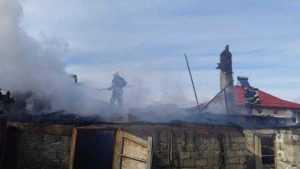 Un pompier și câțiva cetățeni au salvat o femeie din casa aflată în flăcări 10