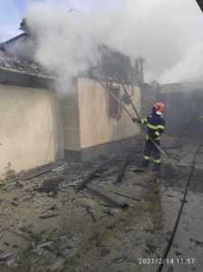 Un pompier și câțiva cetățeni au salvat o femeie din casa aflată în flăcări 11