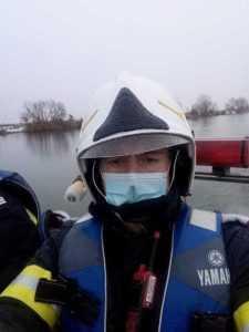 Un pompier și câțiva cetățeni au salvat o femeie din casa aflată în flăcări 7