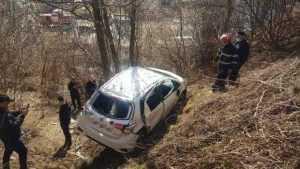 Mașină în râpă, la Rucăr. Pompierii au scos trei victime blocate în interior 9