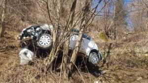 Mașină în râpă, la Rucăr. Pompierii au scos trei victime blocate în interior 7