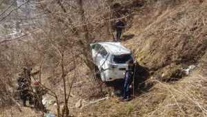 Mașină în râpă, la Rucăr. Pompierii au scos trei victime blocate în interior 6