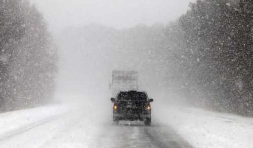 Un TIR a derapat pe A1 din cauza zăpezii 2