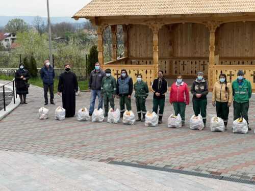 Mioveni: Arhiepiscopia Argeșului și Muscelului a oferit pachete cu alimente și dulciuri angajaților de la spații verzi 5