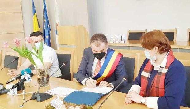 """Primarul Cristian Gentea, semnând actele de """"naștere"""" a Lalelei Pitești"""