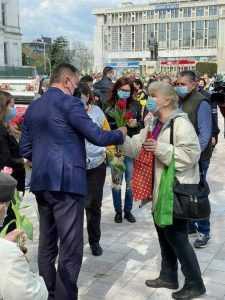 Lalelele din Piața Primăriei, oferite piteștenilor, de Florii 6