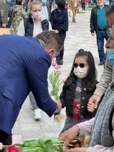 Lalelele din Piața Primăriei, oferite piteștenilor, de Florii 12