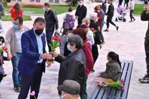 Lalelele din Piața Primăriei, oferite piteștenilor, de Florii 11